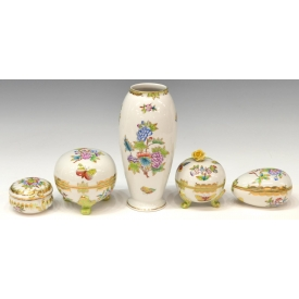 (5) HEREND PORCELAIN QUEEN VICTORIA TABLE ARTICLES