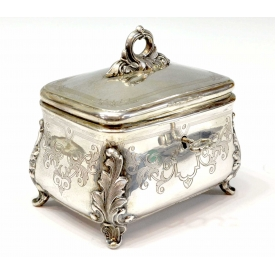 FOLIATE ENGRAVED 750 SILVER CASKET ON FOUR LEGS